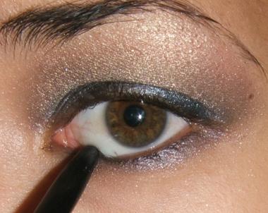 كيفية عمل ميك اب عيون سموكي للسهرات يجنن بالصور tutorial-smokey-step015.jpg
