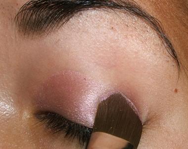 طريقة عمل مكياج عيون وردي ناعم للبنات بالصور tutorial_frescopink004.jpg
