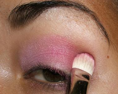 طريقة عمل مكياج عيون وردي ناعم للبنات بالصور tutorial_frescopink012.jpg