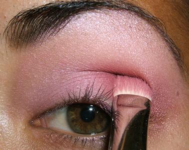 طريقة عمل مكياج عيون وردي ناعم للبنات بالصور tutorial_frescopink022.jpg