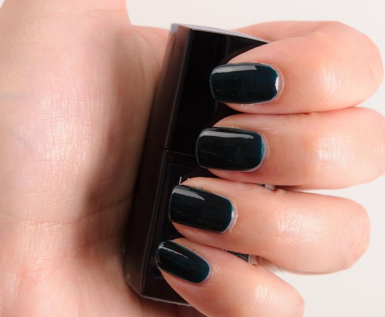 Chanel Vert Obscur (679) Le Vernis Nail Colour